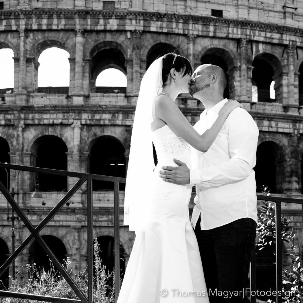 Brautpaar küssend vor dem Kolosseum in Rom